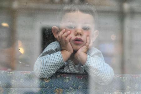 olbia-enfant-derriere-la-vitre-embuee-08
