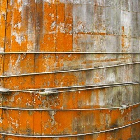 structure-ronde-avec-des-panneaux-de-bois-et-de-peinture-orange-peeling